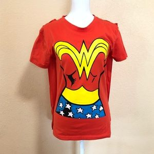 DC Comics Wonder Woman L Graphic Tee With Cape